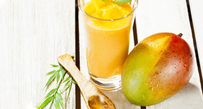 Smoothie mangue, orange et fraises en folie