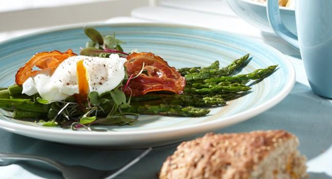 Salade tiède d'asperges, pancetta croustillante et œuf poché