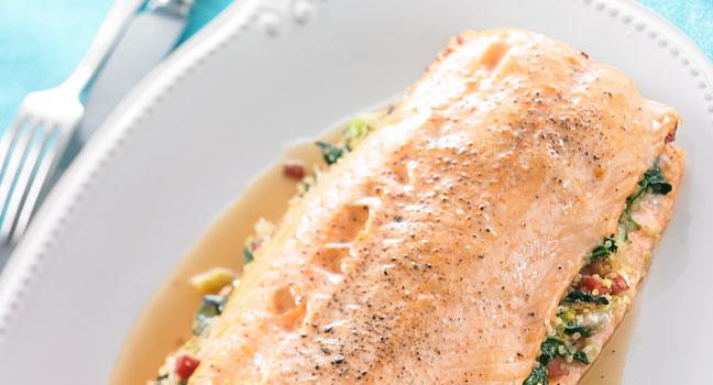 Saumon laqué à la canneberge et farci au quinoa et à la pancetta