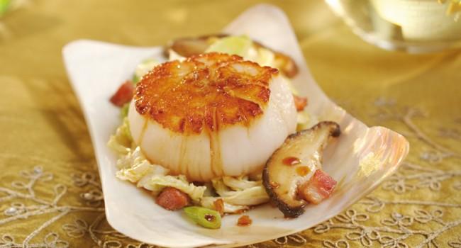Pétoncles rôtis, sauté de chou chinois au gingembre et au bacon