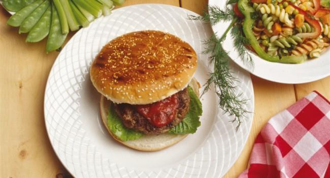 Hamburger du Moyen-Orient et sauce aux tomates