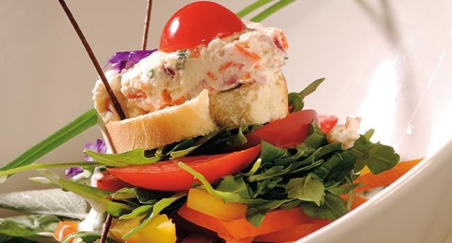 Salade de jeunes pousses, vinaigrette au cidre de glace et fromage de chèvre en terrine