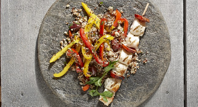 Brochettes de mahi-mahi et chorizo sur poivrons grillés et quinoa