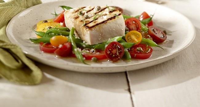 Espadon grillé sur salade de haricots et tomates colorées