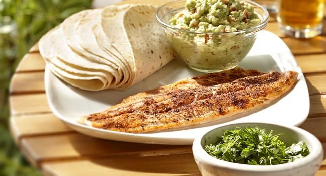 Tacos de poisson grillé, guacamole et salade d'herbes fraîches