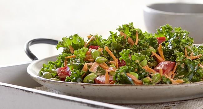 Salade de kale avec vinaigrette au sésame