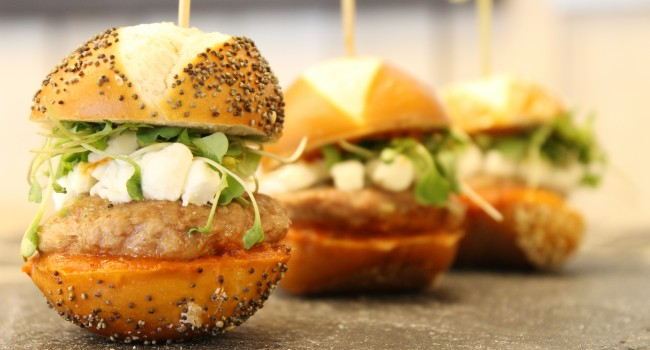 Mini-burgers de canard, tchatchouka, chèvre émietté et pousses du moment