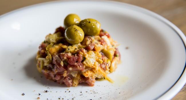 Tartare de bœuf et porc aux olives farcies aux anchois
