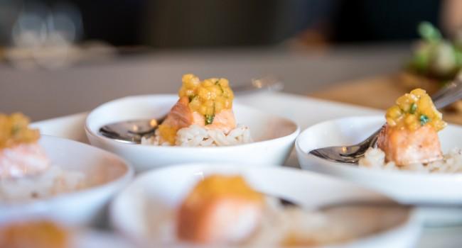 Saumon poché et salsa à la lime et aux kakis Persimon
