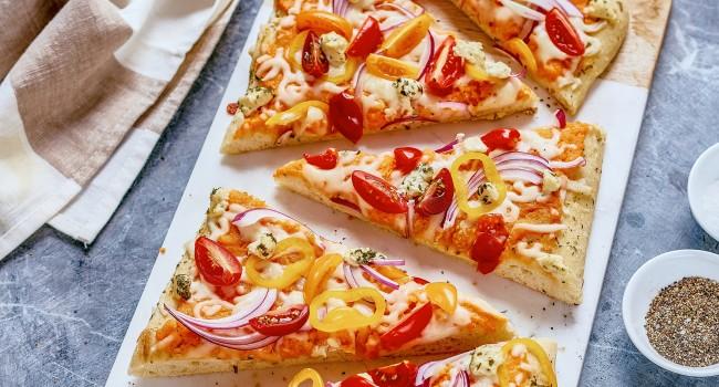 Pizza aux patates douces, chèvre et fines herbes