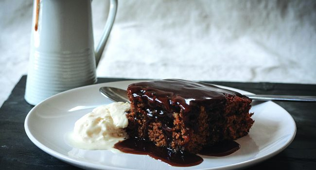 Gâteau aux pruneaux de Californie au caramel collant
