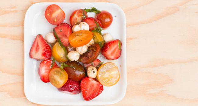 Salade de tomates, fraises et bocconcini