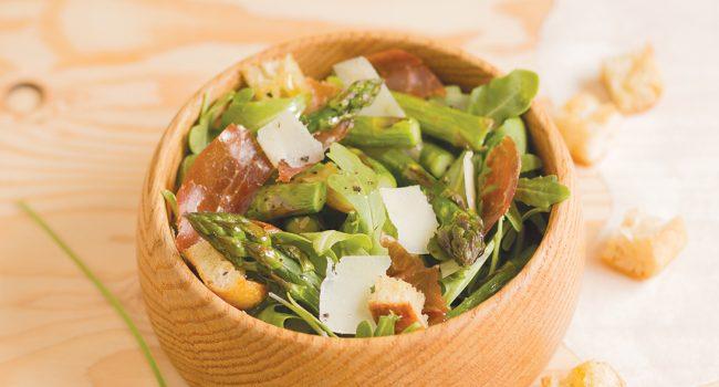 Salade d'asperges au prosciutto croustillant et parmesan