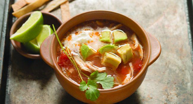 Soupe au poulet et tortillas style mexicain