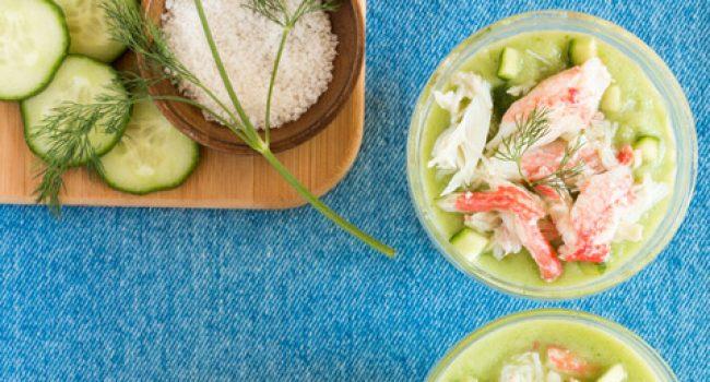 Soupe froide au concombre garnie de crabe des neiges