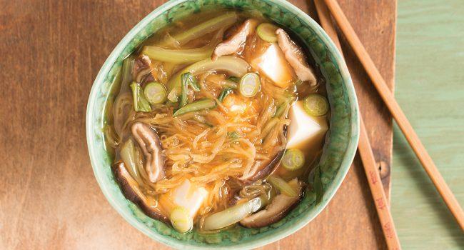 Soupe miso aux champignons et à la courge spaghetti