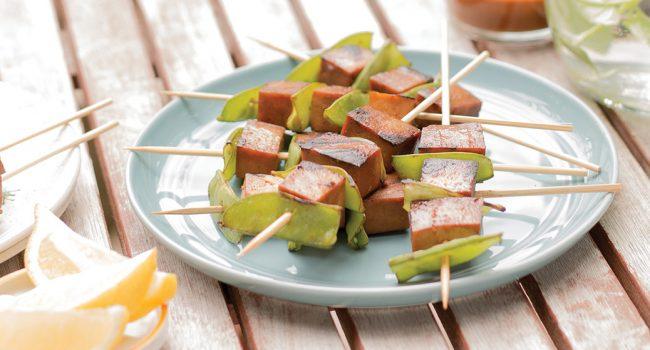 Brochettes de tofu au gingembre et sauce aux arachides