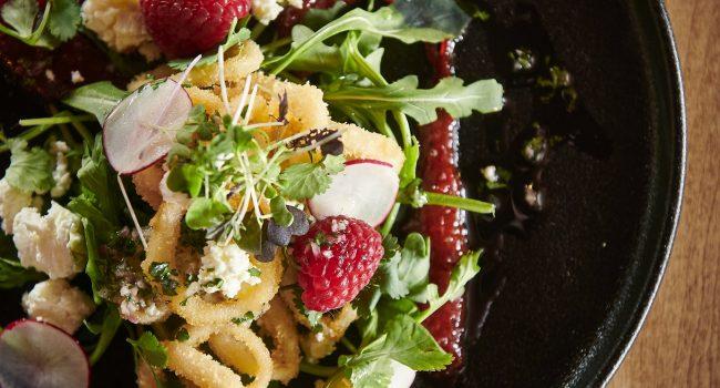 Salade de calmars frits et fromage de brebis, vinaigrette au miel