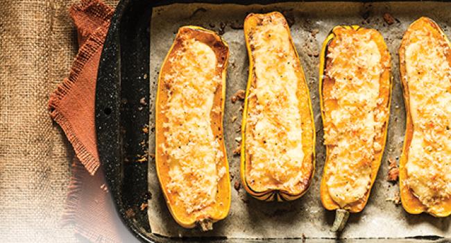 Courges Delicata farcies à la polenta et garnies de crumble de parmesan
