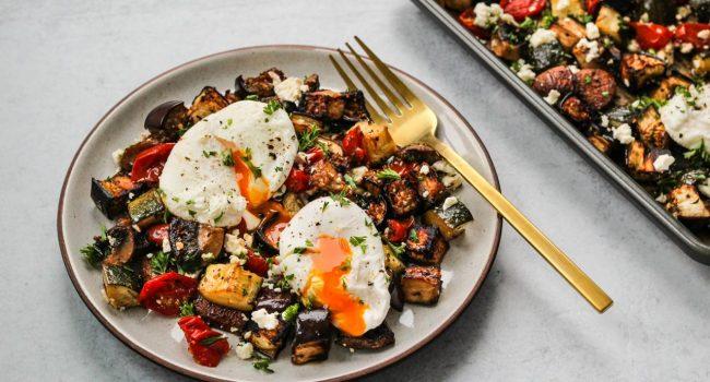Légumes grillés accompagnés d'œufs pochés et de féta