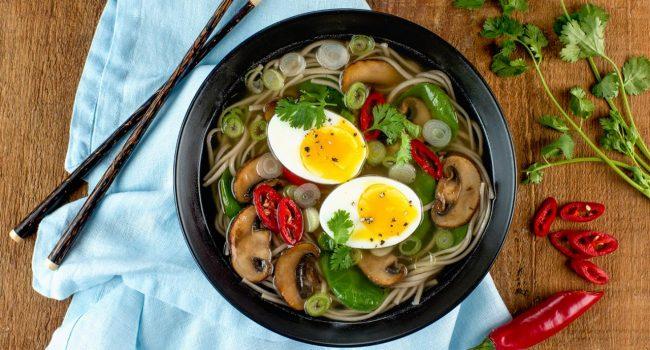 Soupe aux nouilles soba, épinards et champignons