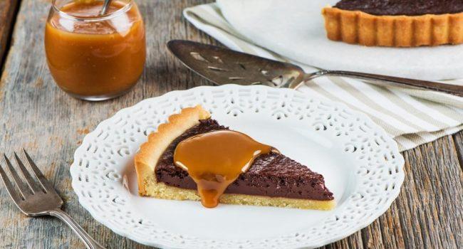 Tarte au chocolat avec sauce au caramel salé