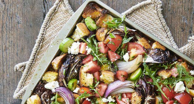 Plaque de salade panzanella légumes grillés et frais, vinaigrette crémeuse à la feta
